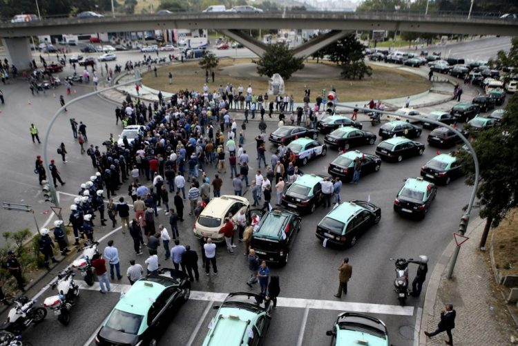 Taxistas adiam manifestação para 19 de setembro no regresso ao trabalho da AR