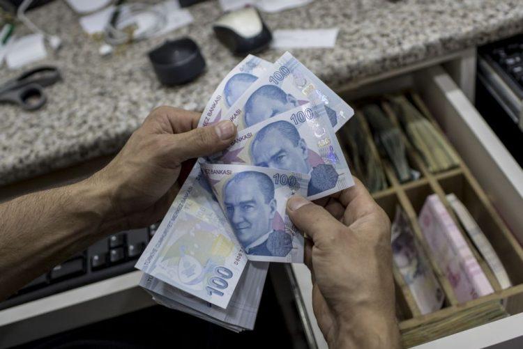 Erdogan apela à população para trocar divisas estrangeiras por liras turcas e denuncia
