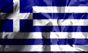 Fitch melhora 'rating' da dívida grega e mantém perspetiva estável