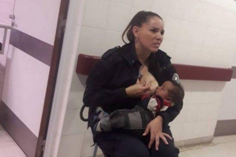 Mulher polícia amamenta bebé desnutrido que foi separado da mãe por ordem judicial