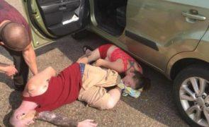 Bebé resgatado de carro trancado após overdose dos pais