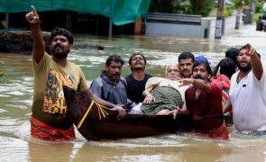 Cerca de 800 mil desalojados após inundações na Índia que já mataram mais de 350