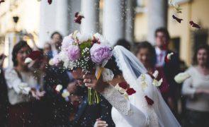 Há uma razão assustadora para as noivas ficarem sempre à esquerda do altar antes de se casarem