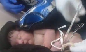 Bebé encontrada no caixote do lixo do metro ainda com o cordão umbilical [vídeo]