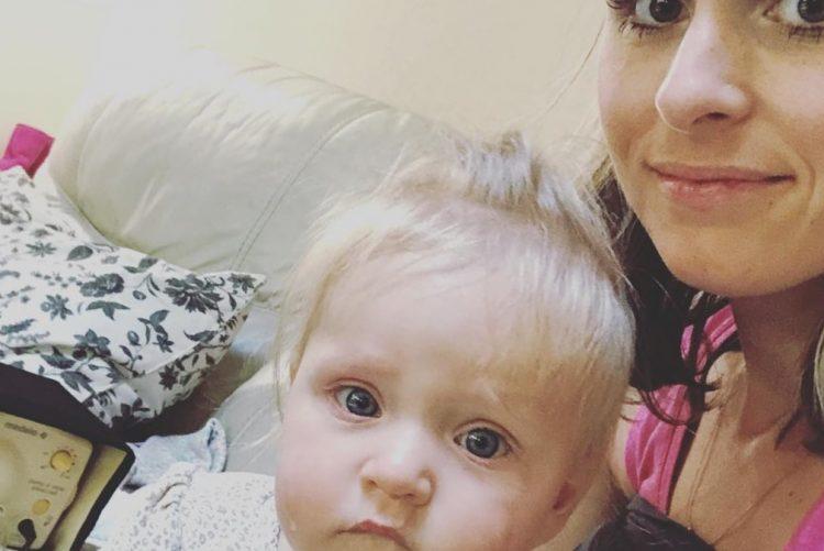 Mãe com síndrome de hiperlactação doa 450 litros de leite materno [vídeo]