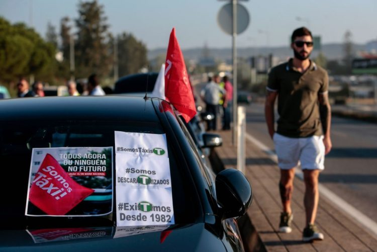 Taxistas do Algarve contestam grande aumento de carros descaracterizados no verão