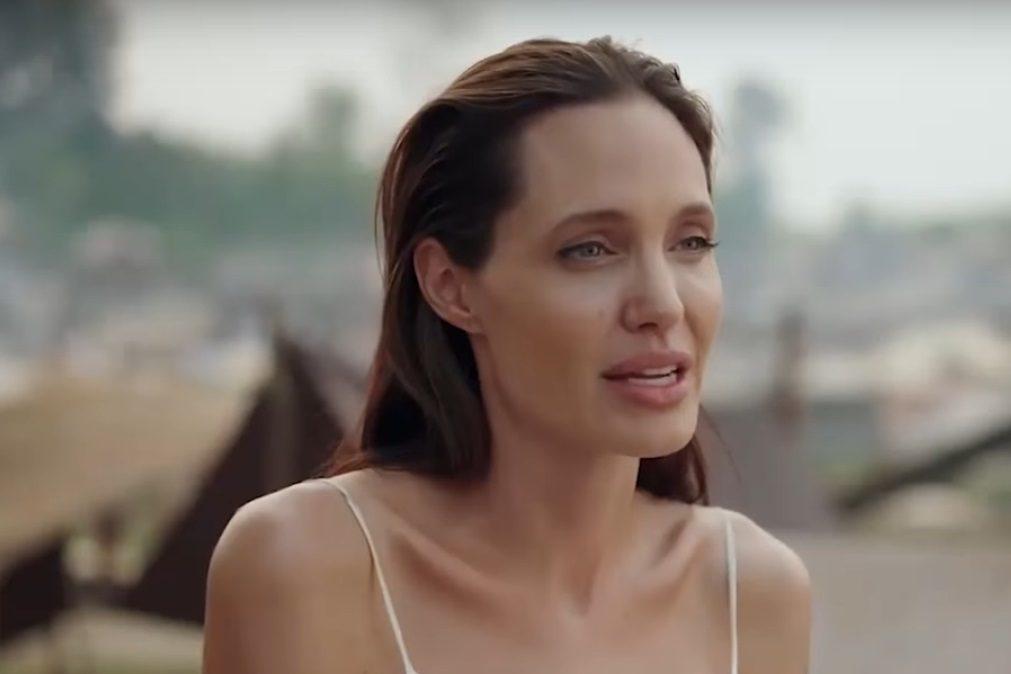 Sem soutien, Angelina Jolie reúne com arcebispo