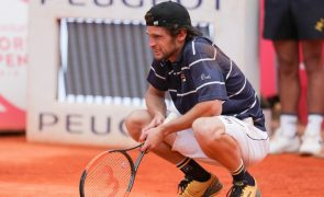 Tenista Pedro Sousa eliminado nos quartos de final do 'challenger' de Sibiu