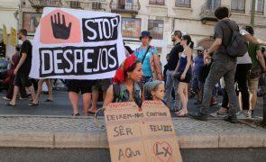 Centenas de pessoas em manifestação, em Lisboa, a exigir habitação para todos