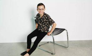Criança autista que foi proibida de entrar em fotografias da escola torna-se modelo da H&M