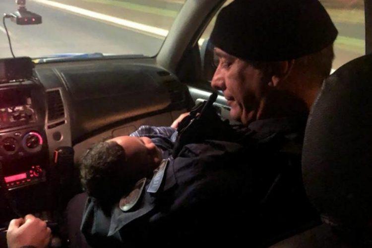 Polícia reanima bebé que estava a morrer sufocado [vídeo]