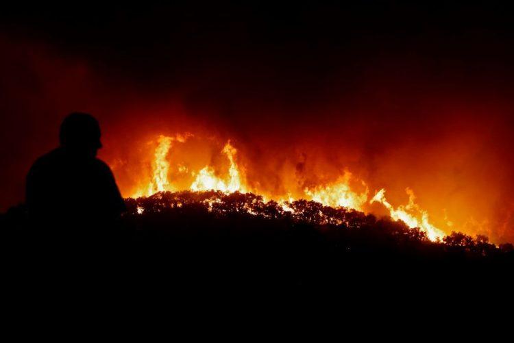 Mais de 200 bombeiros continuam combate a incêndio em Vila Verde