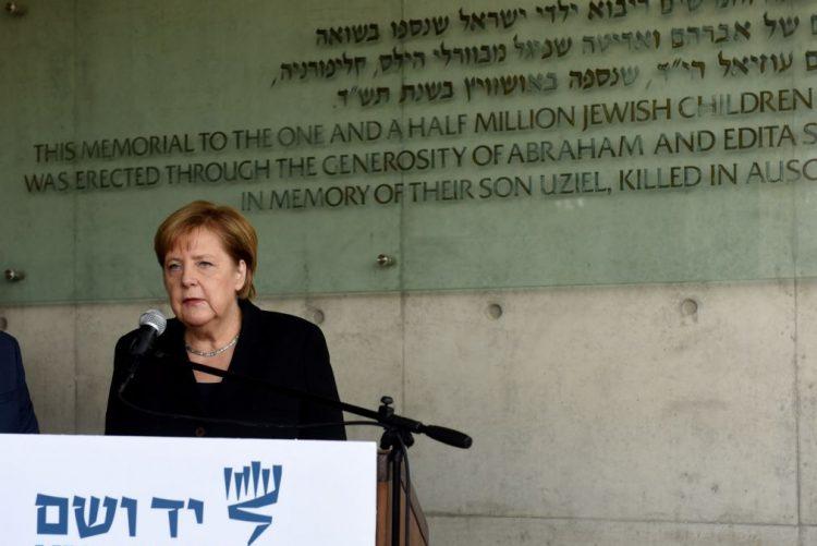 Merkel reafirma responsabilidade perpétua da Alemanha de combater antissemitismo