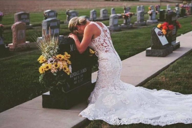 Noiva faz fotos de casamento sozinha depois da morte trágica do noivo