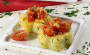 Rosetas de polenta com salsa e tomate Polenta - Descubra esta iguaria