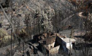 Empreiteiros locais recusam trabalhar com consórcios na reconstrução das casas após os incêndios