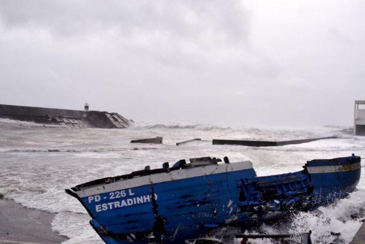 Autoridades marítimas recomendam que pescadores no mar regressem a terra devido à previsão de mau tempo