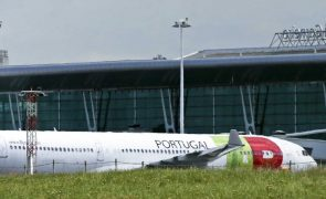 Covid-19: Passageiros várias horas no aeroporto de Faro para fazer teste