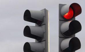 Rotura em conduta da EPAL faz abater piso em Alcântara e obriga a cortar trânsito