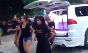 Jovens dançam em funeral de amiga e gesto causa revolta [vídeo]
