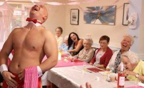 Stripers animam jantar em lar de idosos