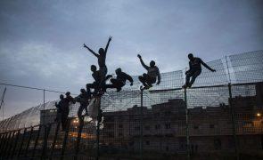 Um morto e 25 feridos em assalto ao fosso de Melilla por 200 migrantes