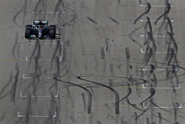 Estratégia de troca de pneus adiou consagração de Lewis Hamilton