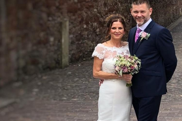Paramédica descobre que tem apenas meses de vida, 48 horas depois de se casar