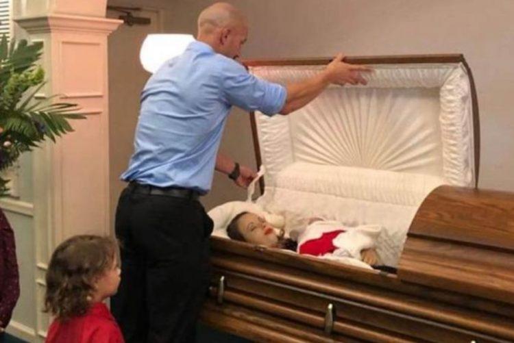 Partilha imagens do funeral da mulher e da filha bebé e pede justiça