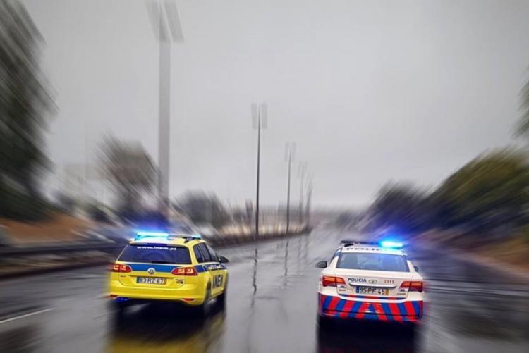 Acidente com 3 carros em Caxias corta Avenida Marginal