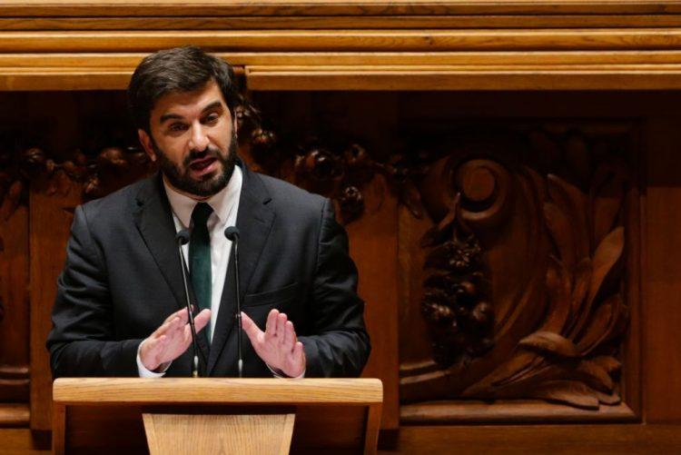 Ministro da Educação fala em crescimento do investimento mas deputados apontam perda de peso no PIB