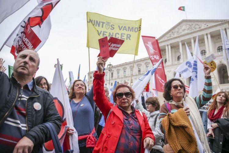 Centenas de professores protestam com discussão do orçamento em pano de fundo