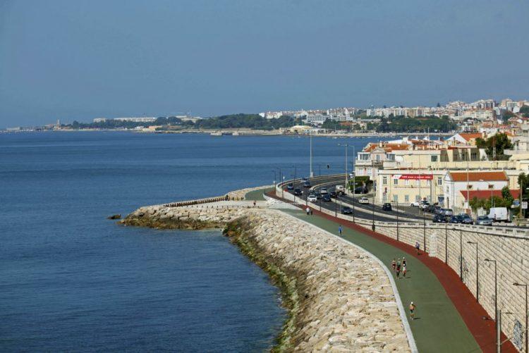 Avenida Marginal cortada junto à praia de Carcavelos devido a acidentes