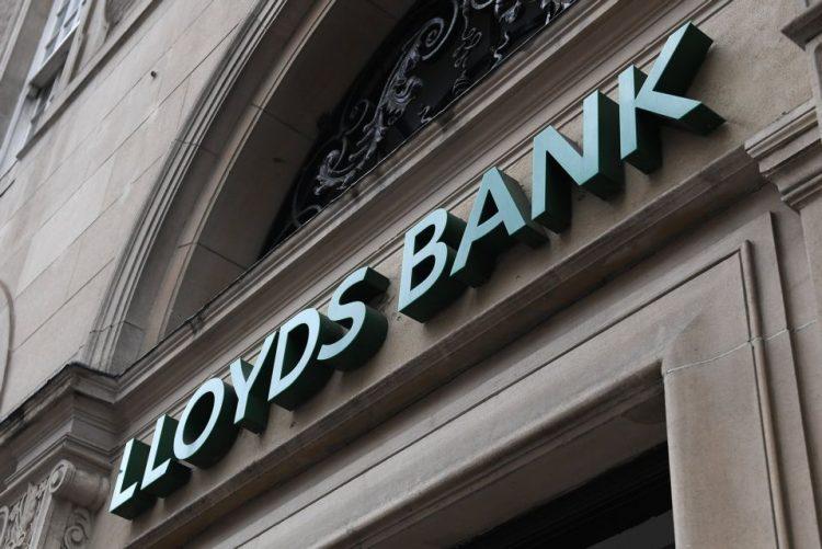 Lloyds corta mais de 6.000 empregos e cria mais de 8.000 com reorganização digital