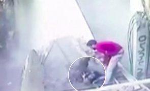 Estrada colapsa e engole duas mulheres [vídeo]