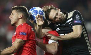 Benfica empata com Ajax e compromete 'oitavos' da Liga dos Campeões