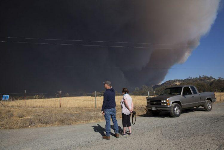 Dezenas de milhares de pessoas fogem de incêndio que destruiu vila na Califórnia