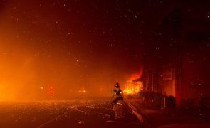 Autoridades retiram 30 mil pessoas de localidades na Califórnia devido a um incêndio