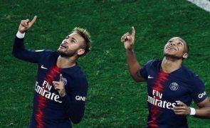 Sabia que os jogadores de futebol recebem milhares de euros para aplaudir os adeptos?