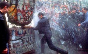 Muro de Berlim: «A queda que levantou o muro» deu-se há 29 anos [fotos]