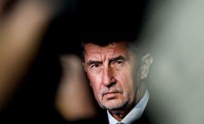 Primeiro-ministro checo ameaçado com moção de censura após revelações do filho
