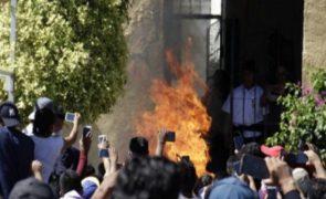 Dois homens queimados vivos devido a rumor no WhatsApp