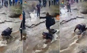 Jovem com paralisia cerebral usado como «ponte humana» pelos amigos [vídeo]