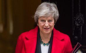 Primeira-ministra britânica promete manter-se em funções e conduzir processo de saída da UE