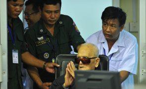 Dois altos dirigentes khmers vermelhos condenados a prisão perpétua por genocídio