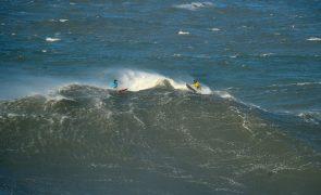 João de Macedo e Alex Botelho na final da prova de ondas gigantes na Nazaré