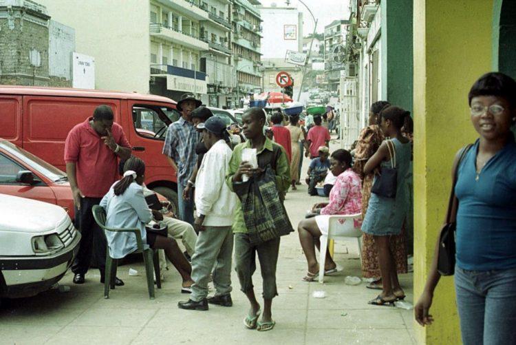 Preço do dólar nas ruas de Luanda entra na sexta semana sem alterações