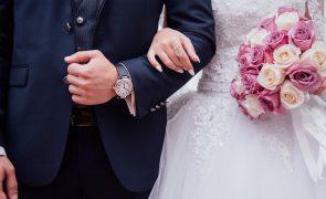 Noiva lê no altar mensagens trocadas entre o marido e a amante