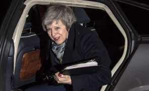 Theresa May vence moção de censura dos conservadores