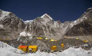 China limita número de alpinistas autorizados a escalar Everest